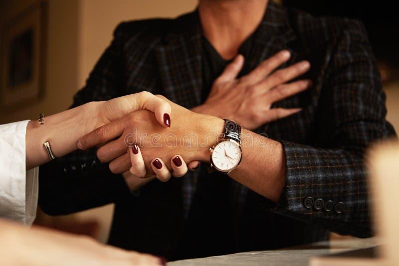 biznesowa uścisku dłoni mężczyzna kobieta Zbliżenie fotografia zdjęcie stock