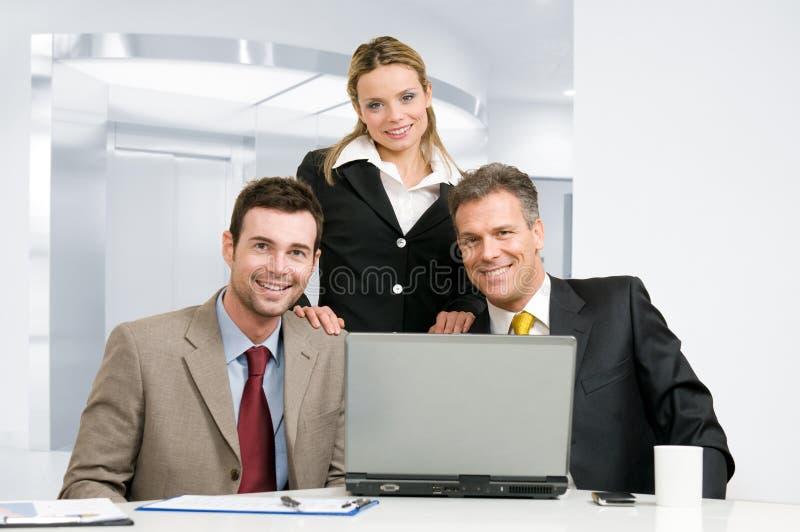 Download Biznesowa Uśmiechnięta Drużyna Obraz Stock - Obraz złożonej z ludzie, officemates: 13340713