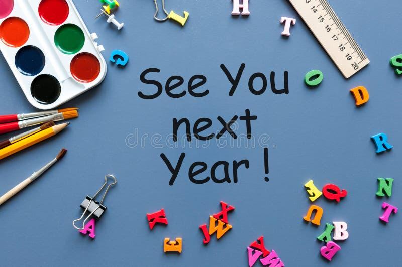 Biznesowa wiadomość Widzii Ciebie pisać na błękitnym tle z szkolnymi dostawami W Przeszłym Roku, zdjęcie royalty free