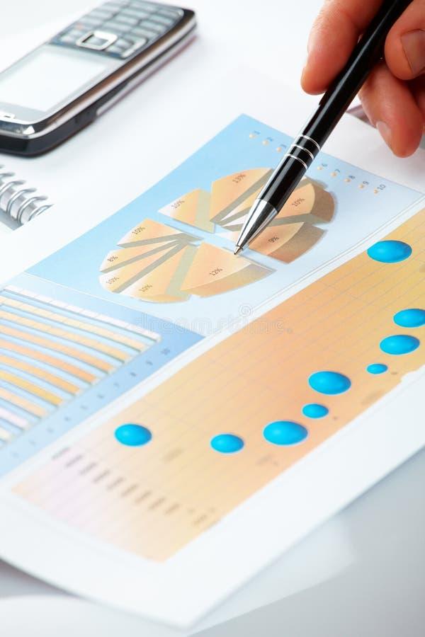 biznesowa wykresów ręki samiec zdjęcia stock