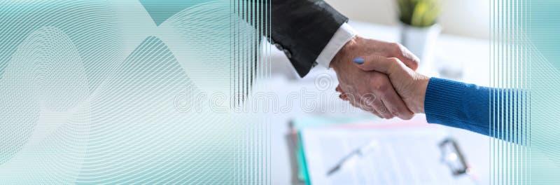 Biznesowa zgoda z uściskiem dłoni; panoramiczny sztandar zdjęcia royalty free