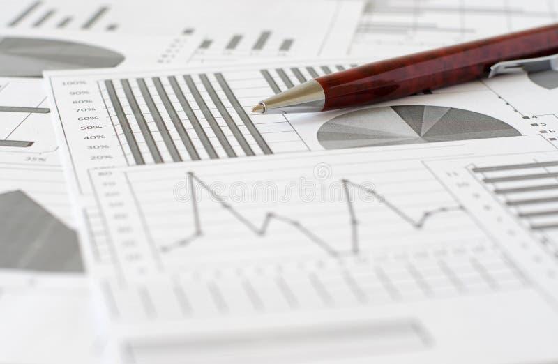 Biznesowe analityka, wykresy i mapy, Schematyczny rysunek na papierze obrazy stock