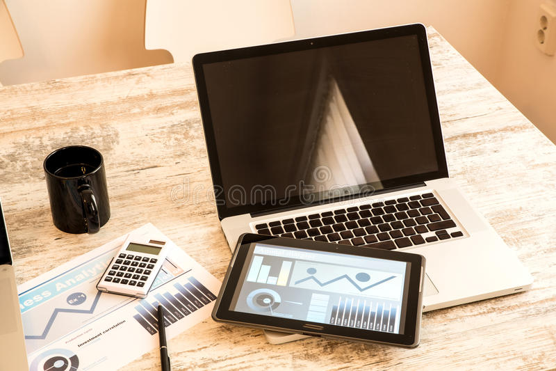 Download Biznesowe Analityka Z Pastylka Pecetem I Laptopem Zdjęcie Stock - Obraz złożonej z wyposażenie, laptop: 53792538