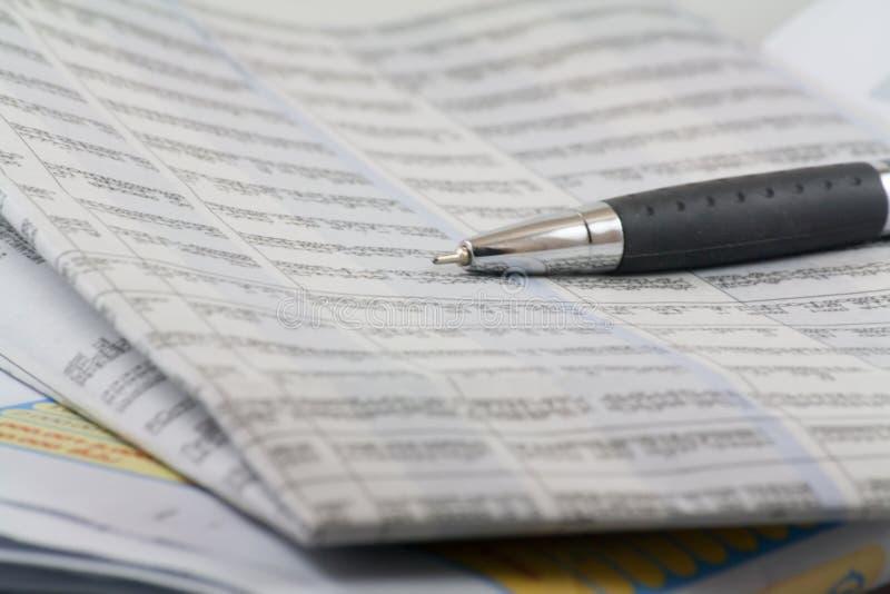 Biznesowe gazety i pióro fotografia stock