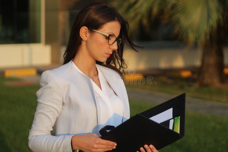 Biznesowe kobiety - Akcyjny wizerunek zdjęcie royalty free
