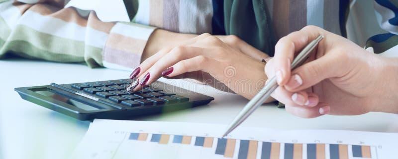Biznesowe kobiety dyskutuje mapy pokazuje rezultaty ich pomy?lna praca zespo?owa wykresy i Koledzy sprawdzaj? zdjęcia royalty free