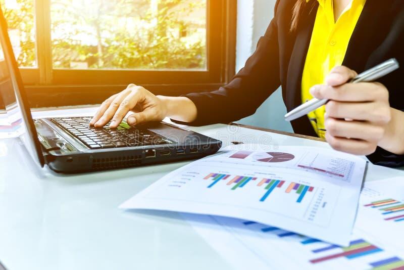 Biznesowe kobiety pisze przy wykresem W górę ręki z papierem zdjęcia stock