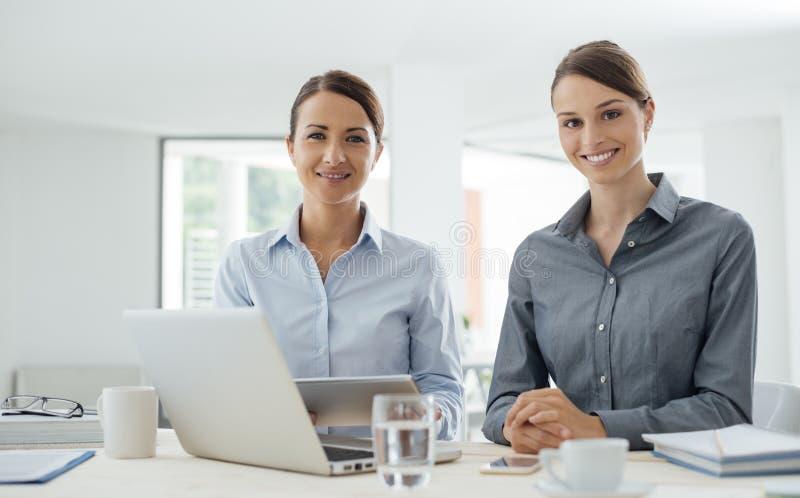 Biznesowe kobiety pracuje wraz z pastylką fotografia royalty free