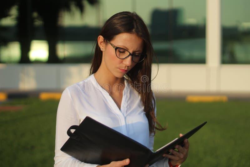 Biznesowe kobiety są czytanie zapasu wizerunkiem zdjęcia stock
