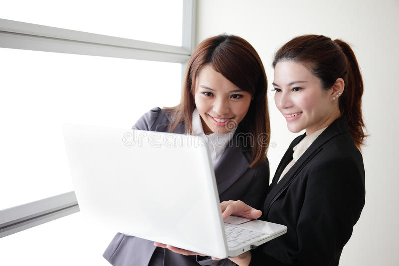 Biznesowe kobiety spojrzenie i uśmiech rozmowa obrazy stock