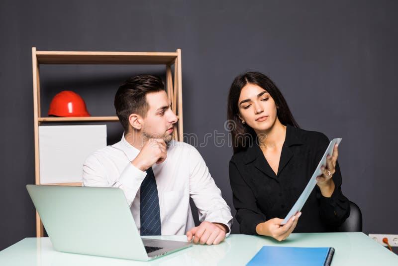 biznesowego biura ludzie target4727_1_ Kobiety i mężczyzna partnery pracują wpólnie na nowym projekcie obraz royalty free