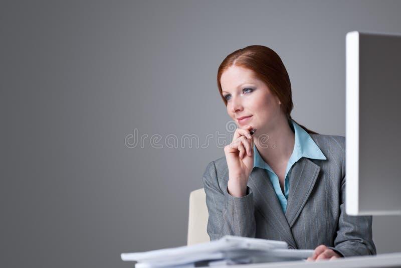biznesowego biura pomyślna myśląca kobieta fotografia stock