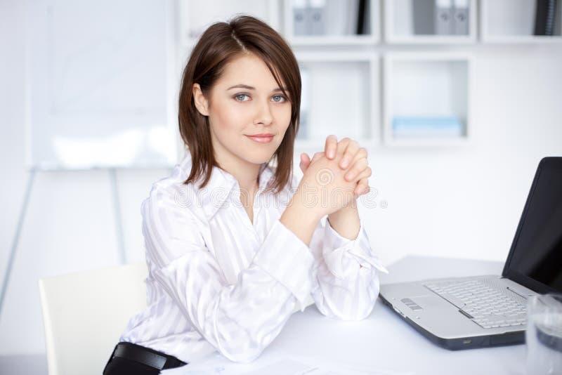 biznesowego biurka biurowi siedzący kobiety potomstwa obraz stock