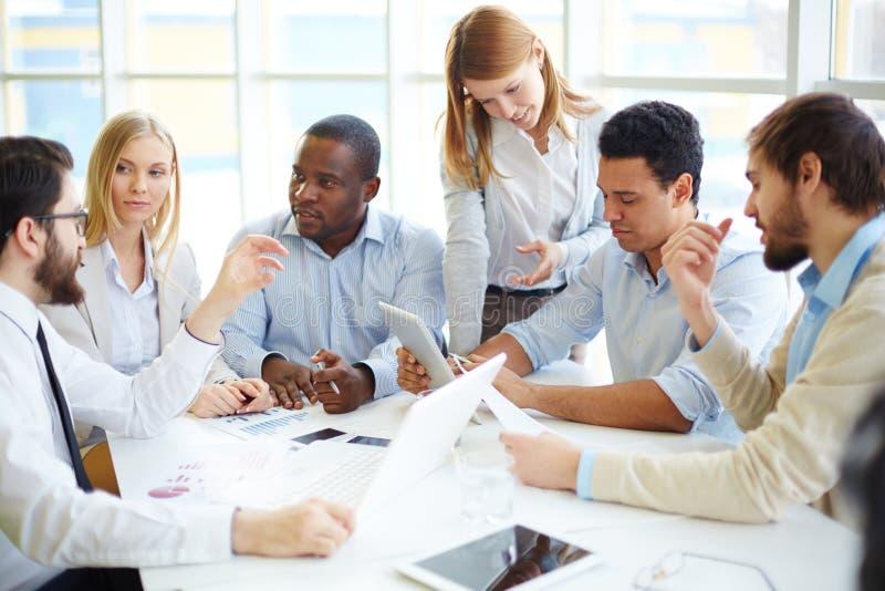 biznesowego biznesmena cmputer biurka laptopu spotkania ja target1953_0_ target1954_0_ używać kobiety zdjęcie royalty free