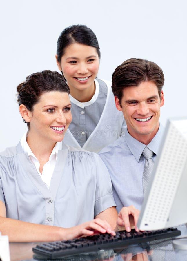 biznesowego komputeru etnic wielo- ludzie target1564_1_ fotografia royalty free