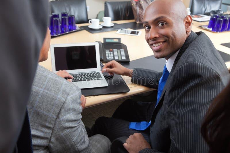 biznesowego laptopu biurowi ludzie używać obraz stock