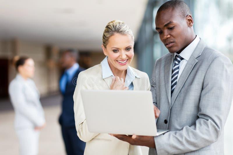 biznesowego laptopu drużynowy używać obrazy royalty free