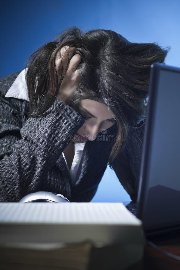 biznesowego laptopu zaakcentowana kobieta zdjęcie royalty free
