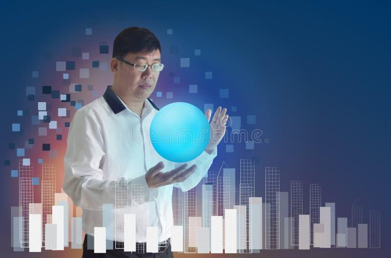 Biznesowego mężczyzna azjata odzieży szkła Stoi rękę trzymać błyszczącą piłkę i używa, pojęcia komunikacja zdjęcie royalty free