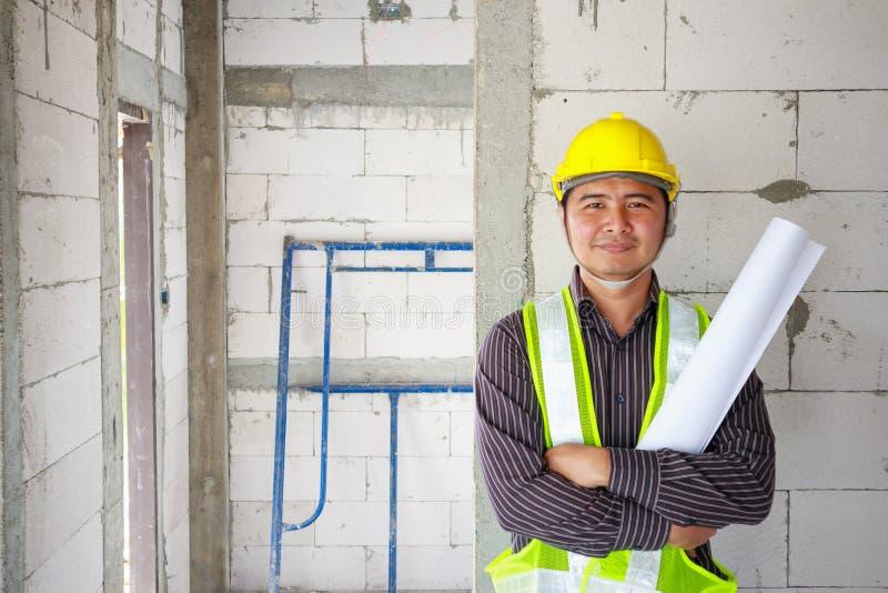 Biznesowego mężczyzna budowy inżyniera pracownik przy domowym placem budowy obrazy royalty free