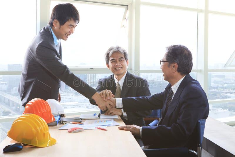 Biznesowego mężczyzna chwiania ręka po pomyślnego projekta rozwiązania planu obraz royalty free
