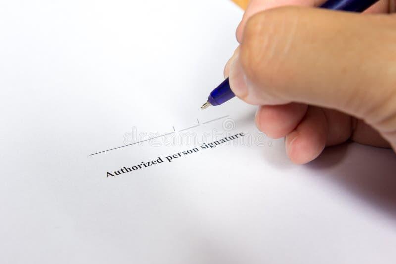 Biznesowego mężczyzna chwyt pióro dla podpisuje wewnątrz autoryzacja podpisu sp zdjęcia royalty free