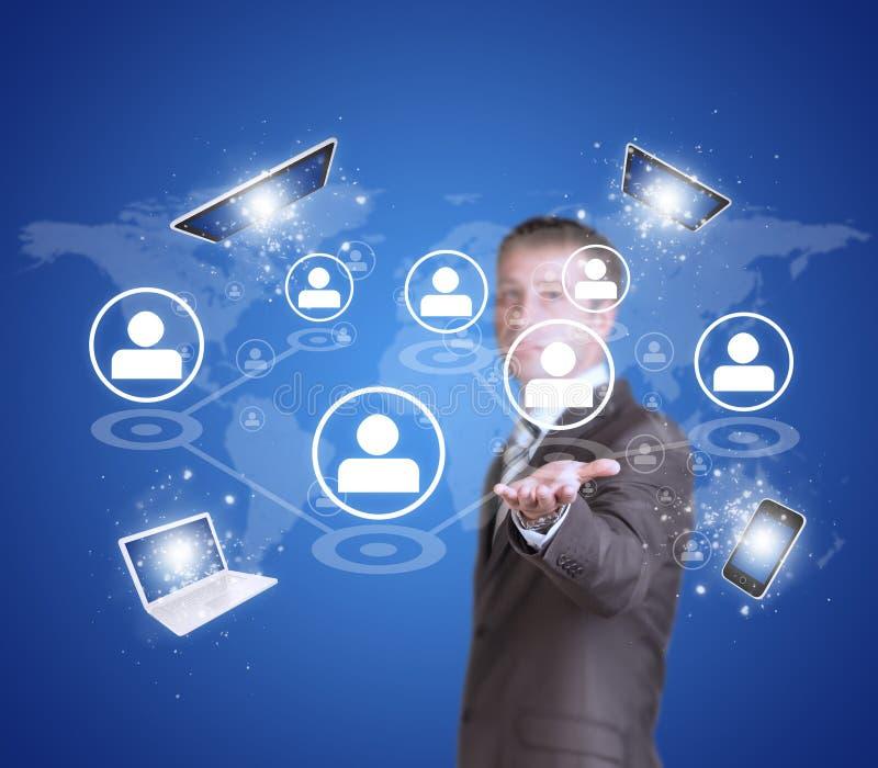 Biznesowego mężczyzna chwyta pastylki komputer osobisty, mądrze telefon, laptop zdjęcia royalty free