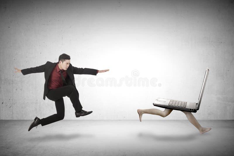 Biznesowego mężczyzna cyzelatorstwa laptop zdjęcia stock