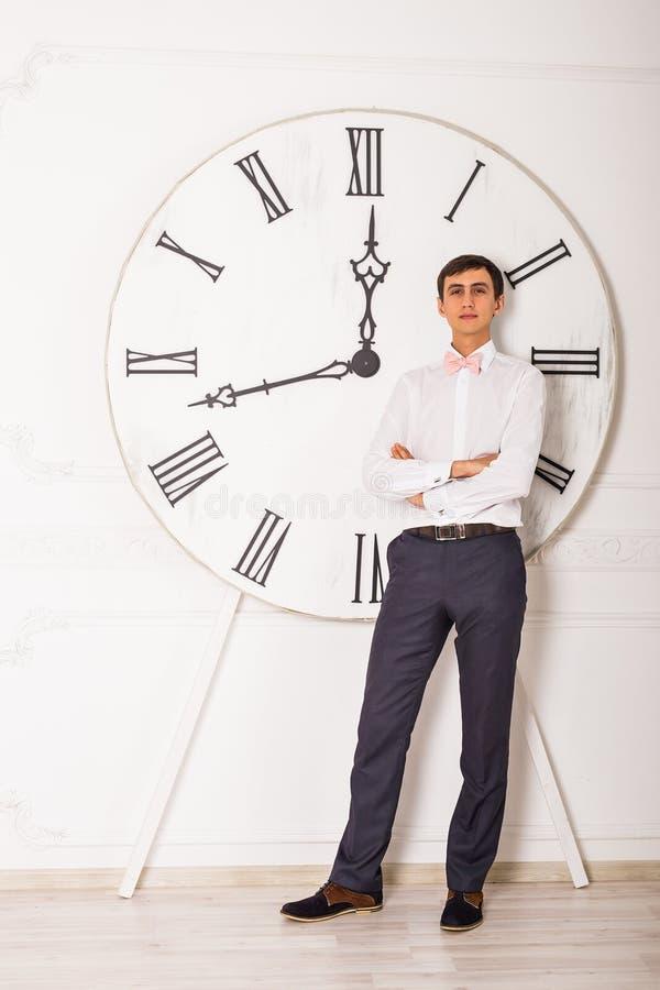 Biznesowego mężczyzna czasy i pozycja zdjęcia royalty free