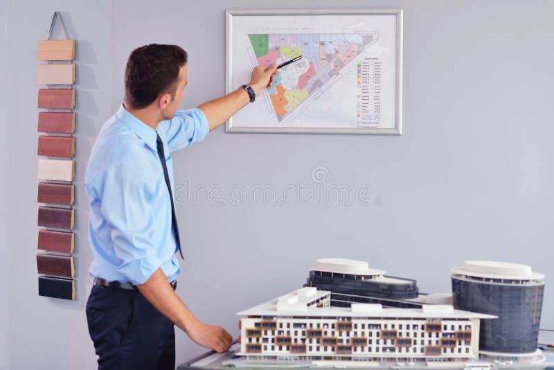 Biznesowego mężczyzna czekanie dla spotykać zaczynać w Deskowym pokoju zdjęcia stock