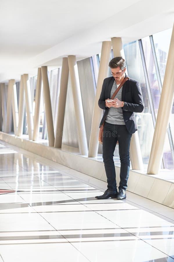 Biznesowego mężczyzna czekanie w korytarzu zdjęcia royalty free