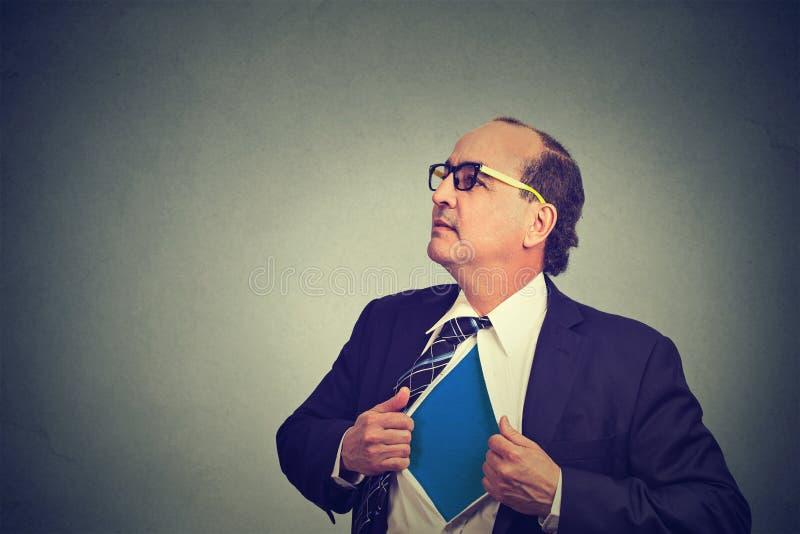 Biznesowego mężczyzna działanie lubi super bohatera i drzeć jego koszula daleko obraz royalty free