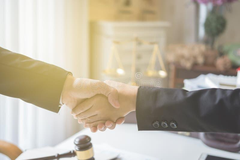 Biznesowego mężczyzna i biznesowej kobiety chwiania ręki zdjęcie royalty free