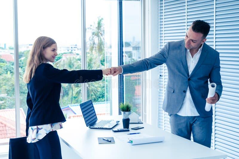 Biznesowego mężczyzna i kobiety pary pięści biznesowy garbek wręcza wpólnie f obraz royalty free