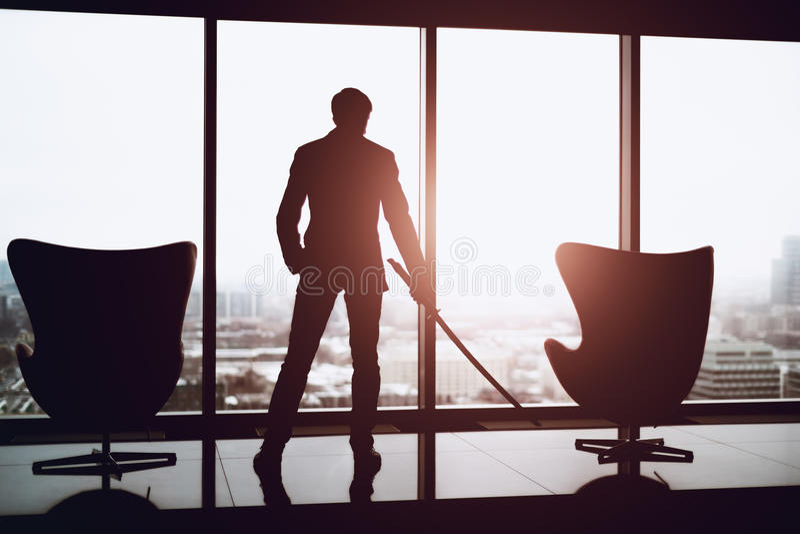 Biznesowego mężczyzna mienia katana w biurze fotografia royalty free