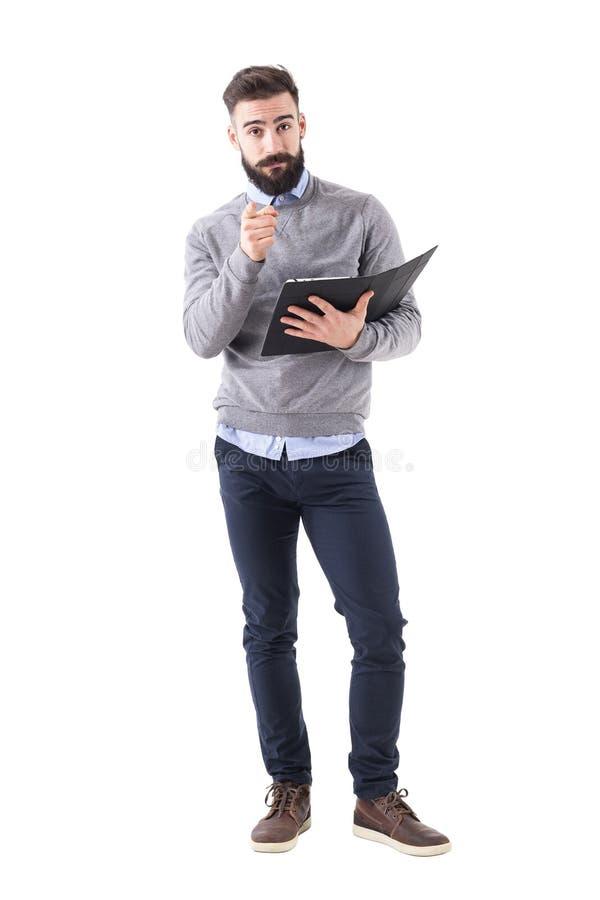 Biznesowego mężczyzna mienia kontrakta punkty dotykają i wybierający was patrzeje kamerę zdjęcia stock