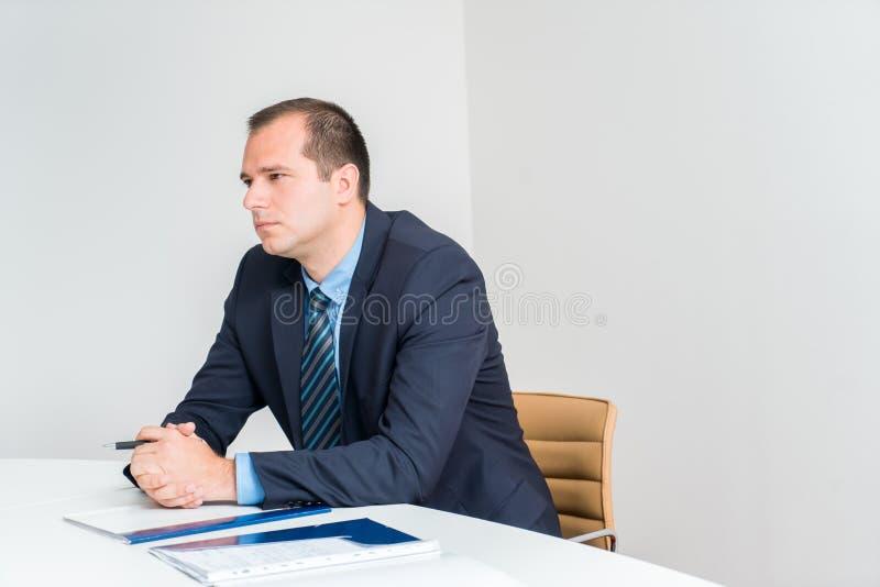 Biznesowego mężczyzna mienia wykonawczy pióro, będący ubranym smoking i krawat Conf fotografia royalty free