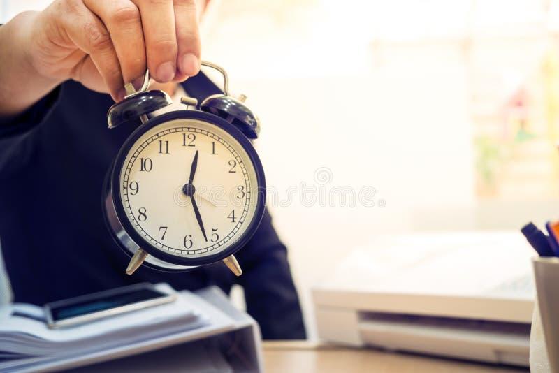 Biznesowego mężczyzna mienia zegar obrazy stock
