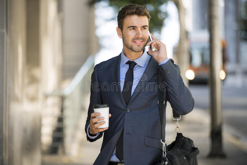 Biznesowego mężczyzna odprowadzenie opowiada na telefonie komórkowym fotografia royalty free