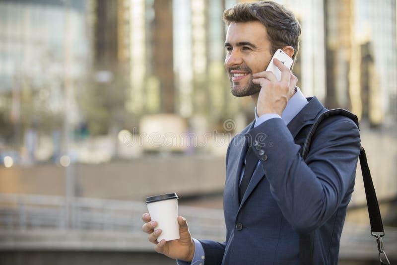 Biznesowego mężczyzna odprowadzenie opowiada na telefonie komórkowym zdjęcia royalty free