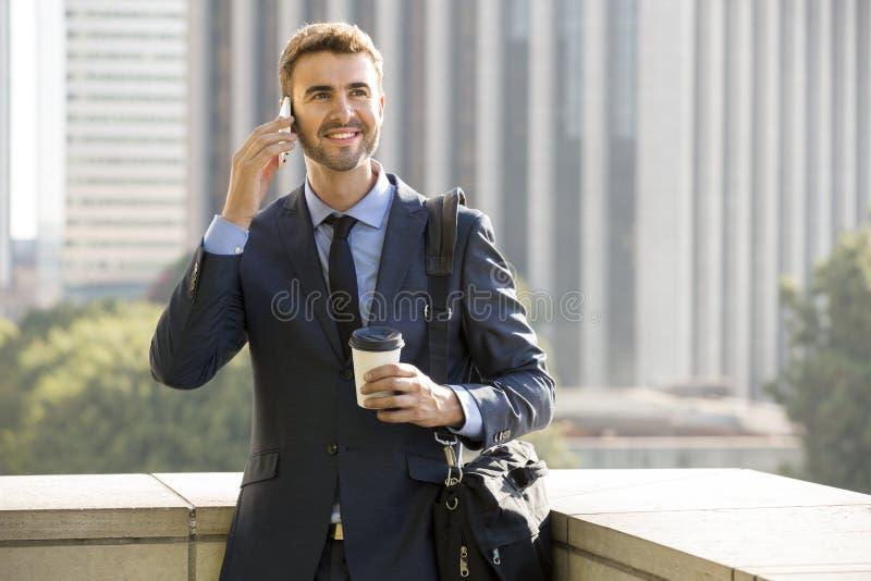 Biznesowego mężczyzna odprowadzenie opowiada na telefonie komórkowym zdjęcia stock