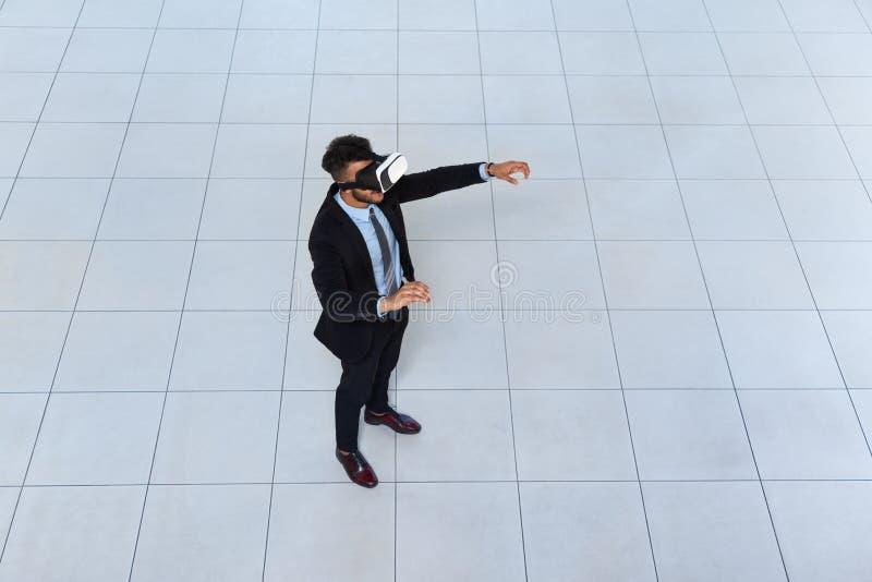 Biznesowego mężczyzna odzieży Cyfrowego szkła, biznesmena chwyta ręki rzeczywistość wirtualna fotografia royalty free