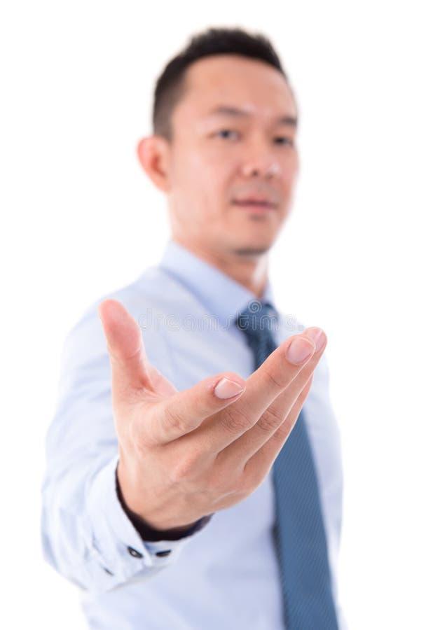 Biznesowego mężczyzna otwarty palmowy mienie coś zdjęcia stock