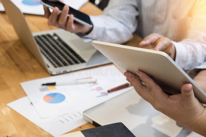 Biznesowego mężczyzna partnery używa touchpads i smartphone zdjęcie royalty free