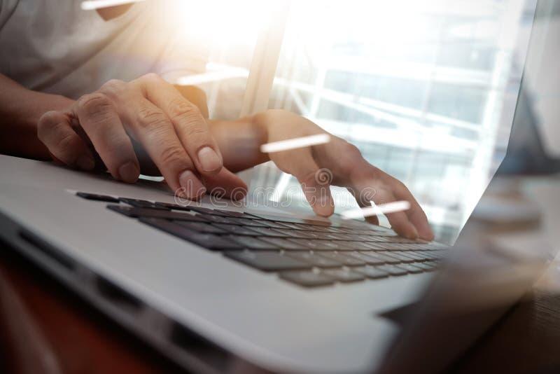 Biznesowego mężczyzna ręka pracuje na laptopie zdjęcia stock