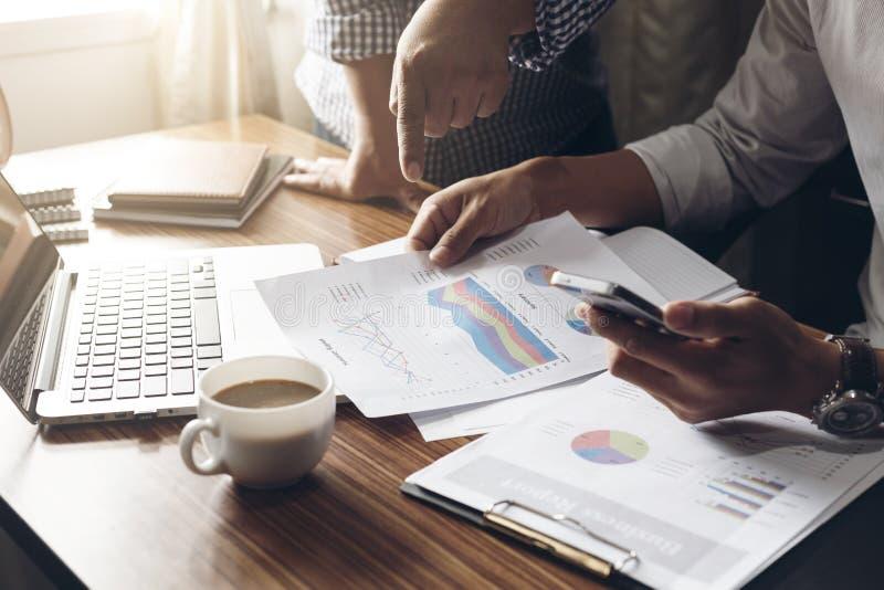Biznesowego mężczyzna ręka pracuje przy biurem z laptopem dalej i dokumentami zdjęcia stock