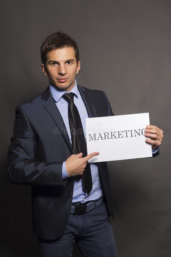 Biznesowego mężczyzna ręki mienie pokazuje marketingową deskę obrazy stock