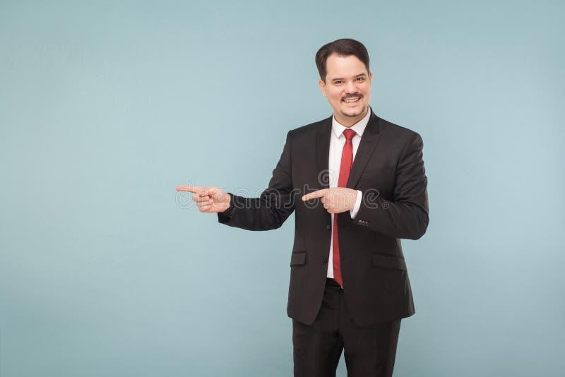 Biznesowego mężczyzna seans opuszczać lub prawy przy kopii przestrzenią fotografia royalty free