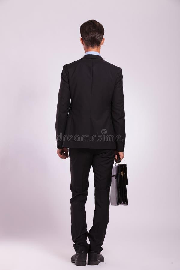 Biznesowego mężczyzna stojaki z teczką obraz stock