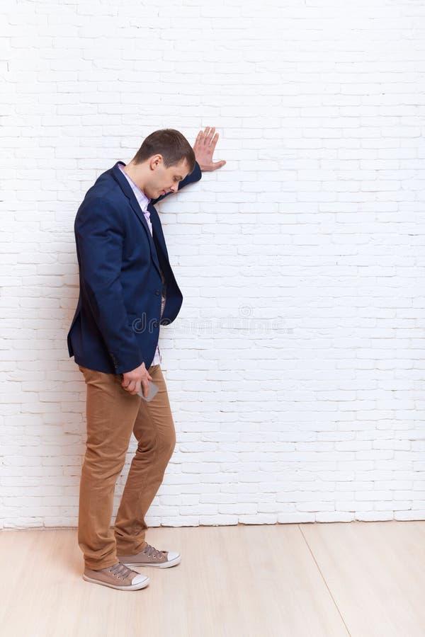 Biznesowego mężczyzna stresu spęczenia ręka Na Ścienny Patrzeć W dół, biznesmen depresji Rozpamiętywać fotografia stock